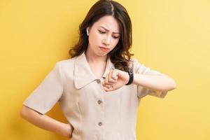 femme d'affaires asiatique portant un bracelet intelligent sur sa main pour suivre les calories brûlées photo
