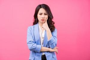 image de femme d'affaires asiatique sur bakcground rose photo