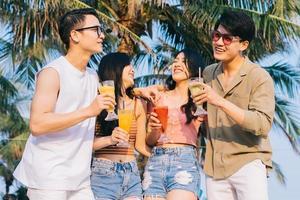 un groupe de jeunes asiatiques profite d'un voyage à la mer pendant les vacances d'été photo