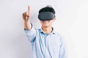 l'homme expérimente les lunettes de réalité virtuelle photo
