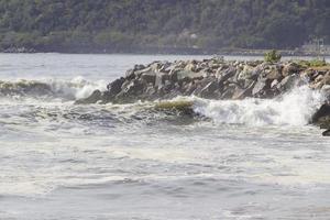 vague sur la plage de flamengo à rio de janeiro photo