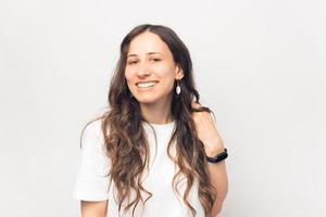 portrait, de, mignon, jeune femme, sourire, et, regarder appareil-photo, sur, fond blanc photo