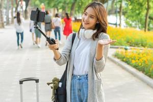 femme asiatique enregistrant une vidéo dans la rue à hanoi, vietnam photo