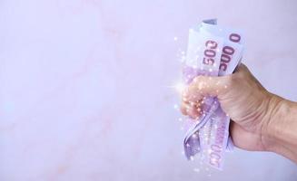 main tenant de l'argent économiser de l'argent et concept de croissance des affaires, concept de finance et d'investissement photo