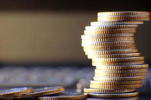 pièces de monnaie sur fond de table et économie d'argent et concept de croissance des affaires, concept de finance et d'investissement photo