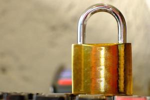 cadenas sur fond de table et concept de sécurité d'entreprise, protégeant les informations personnelles des données photo