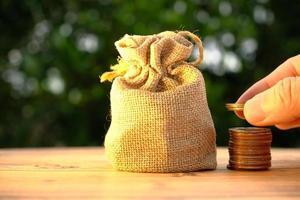 pièces de monnaie sur fond de table et économie d'argent et concept de croissance des affaires, concept de financement et d'investissement, investissez-le pour le faire croître encore plus, argent de croissance de la rentabilité de l'investissement professionnel photo