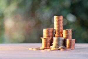 pièce de monnaie sur fond de table et entreprise ou finance économiser de l'argent photo