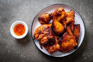 poulet grillé et barbecue sur une table photo