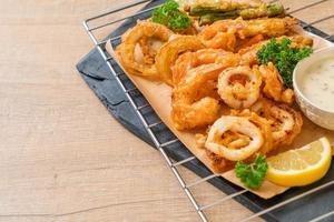 fruits de mer frits de crevettes et de calmars avec mélange de légumes - style de nourriture malsaine photo