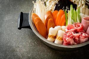 budae jjigae ou budaejjigae, ragoût de l'armée ou ragoût de la base de l'armée. il regorge de kimchi, de spam, de saucisses, de nouilles ramen et bien plus encore - le style populaire de la fondue coréenne photo