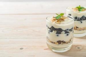 myrtilles fraîches et yaourt avec granola - style alimentaire sain photo