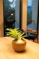feuilles dans la décoration de vase sur la table à manger en bois photo
