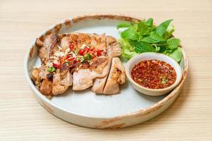 poulet grillé salé au piment et à l'ail sur une assiette photo