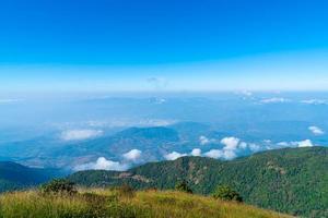belle couche de montagne avec nuages et ciel bleu à kew mae pan nature trail à chiang mai, thaïlande photo