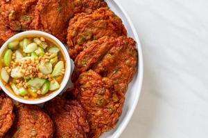 boules de pâte de poisson frites ou gâteau de poisson frit - style cuisine asiatique photo