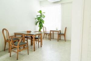 table et chaise vides dans un café-restaurant et un café-restaurant photo