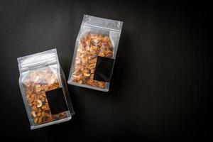 céréales cornflakes de noix de cajou, amandes, graines de citrouille et graines de tournesol - aliments multigrains sains photo