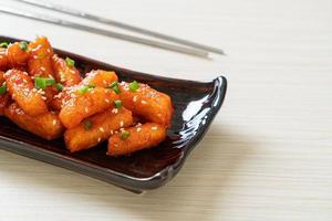 gâteau de riz coréen frit, ou tteokbokki, brochette avec sauce épicée - style coréen photo
