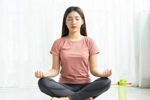 femme asiatique, pratiquer, yoga, chez soi photo