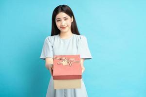 femme asiatique tenant des coffrets cadeaux photo