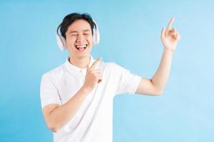 homme asiatique écoutant de la musique photo