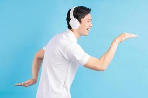 homme asiatique écoutant de la musique et dansant dessus photo