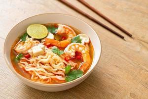 nouilles instantanées ramen dans une soupe épicée aux crevettes, ou tom yum kung - style cuisine asiatique photo