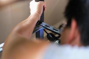 Faites-le vous-même, les artisans utilisent des perceuses électriques pour assembler de vieilles pièces en fer. faire une étagère sur votre week-end libre photo