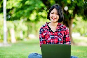 les femmes asiatiques sourient joyeusement et ordinateur portable. travail en ligne communication en ligne messagerie apprentissage en ligne concept de communication en ligne photo