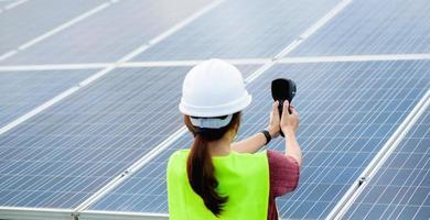 une jeune femme ingénieure en cellules solaires travaille dur. travailler dans l'énergie alternative l'énergie solaire photo