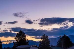 lever de soleil sur la ville endormie de Columbia Falls. monatana, états-unis photo