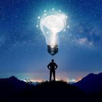 silhouette d'homme d'affaires sur l'idée de pensée de colline photo
