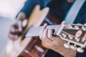 gros plan main jouant de la guitare photo
