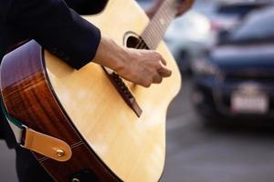 gros plan main jouant de la guitare acoustique attraper des accords de guitare photo