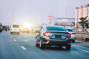 vitesse de conduite de la voiture sur la route de l'autoroute photo