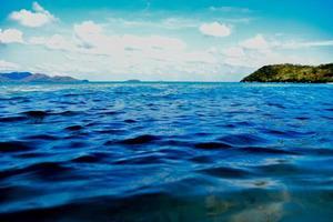 vue sur la mer bleue et fond de ciel bleu photo