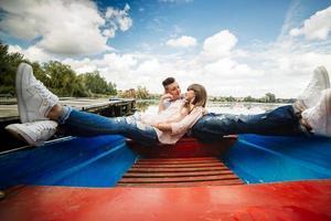 l'amour est tout ce qui compte. vue de dessus du beau jeune couple prenant selfie à l'aide d'un téléphone intelligent en position couchée dans le bateau. histoire d'amour. photo