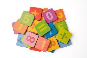 nombre de mathématiques coloré sur fond blanc, éducation étude mathématiques apprentissage enseignent concept. photo