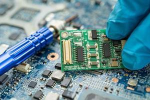 réparer l'intérieur du disque dur en fer à souder. circuit intégré. le concept de données, de matériel, de technicien et de technologie. photo