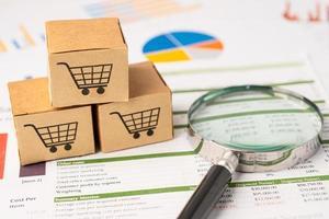 logo du panier d'achat sur la boîte avec loupe sur fond graphique. compte bancaire, économie de données de recherche analytique d'investissement, commerce, concept d'entreprise en ligne de transport d'importation d'exportation d'affaires. photo