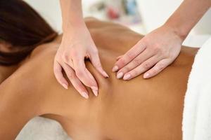 femme arabe recevant un massage du dos dans un centre de bien-être spa. photo
