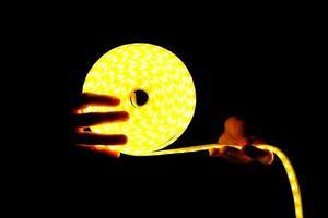 logo d'éclairage led, bande led dans les mains dans l'obscurité photo