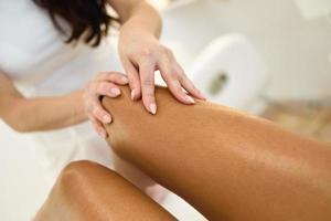 massage de beauté dans la jambe dans un salon de beauté. photo