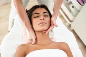 femme recevant un massage de la tête dans un centre de bien-être spa. photo