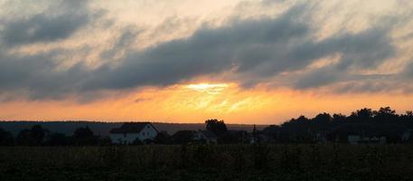 lever du soleil du matin sur le village, le soleil orange éveillé à l'extérieur de la ville photo