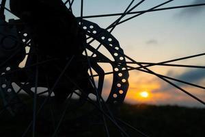 silhouette de vélo au lever du soleil, mode de vie sportif en plein air, cyclisme à l'aube photo
