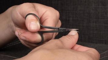 ciseaux de manucure couper les ongles gros plan photo