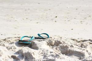 pantoufles sur la plage photo