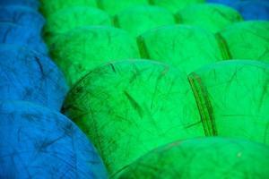 jouets gonflables pour s'amuser en vert et bleu photo